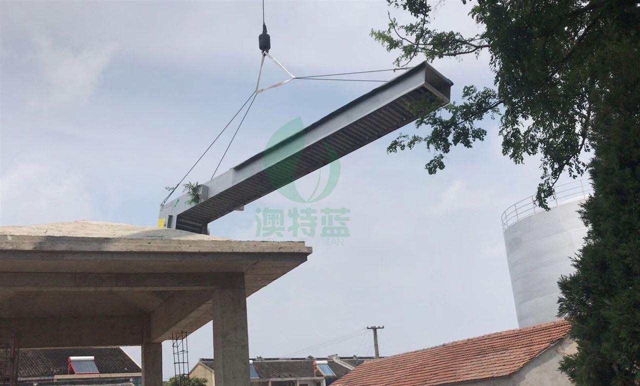 使用吊机将格栅悬吊至空中