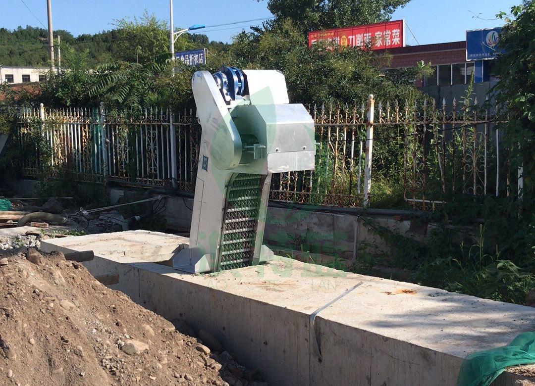 安装完毕的污水格栅机